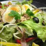 F - 南仏ニースの定番サラダ。オリーブ、アンチョビ、玉子、ツナ絡めてお召し上がりください。