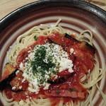 66429220 - 揚げナスとベーコンとモッツァレラチーズのトマトソース950円(2辛)