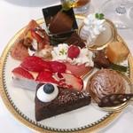 マンジャーレ ウォーターエッジ - デザート1皿め。モンブランやレアチーズケーキなどはブュッフェ用の小さなケーキになっていて、サーヴもしやすく、見た目も可愛いです。