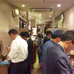 蔵元豊祝 - 店内風景(?)。全て立呑みスタイル。大半がピン客で、みんなマイペースで静かに呑んでいた。