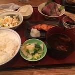 66431762 - スペシャル定食(寒ブリの刺身&鮭、税込950円)