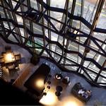 つるとんたん UDON NOODLE Brasserie - キリコラウンジを見下ろせる窓際のお席がオススメです。