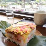 錦帯茶屋 - 岩国寿司。窓の向こうに錦帯橋