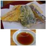 田田 - ◆天ぷらはお野菜のみですが、一切れが大きいこと。。 「かぼちゃ」「蓮根」「人参」「ピーマン」「茄子」「サツマイモ」など。 衣は薄めでカラッと揚げられています。