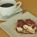 クロスロード - デザートのティラミスとコーヒー