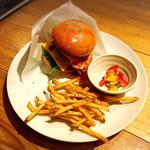 森のカフェひがしむきガーデンズ  - ランチの大仏バーガーはハーフサイズ