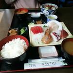66446811 - 手前が刺し身定食1500円で奥が海鮮丼1250円で~す!