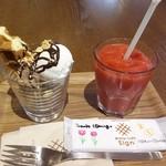ワッフルカフェ サイン フォレスト - 料理写真:ワッフルパフェ 生いちごジュース