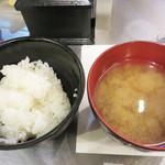 極味や - 白ご飯とワカメのお味噌汁はおかわり自由。