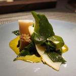 エクアトゥール - 黒アワビと肝ソース、京都タケノコとワカメのサラダ