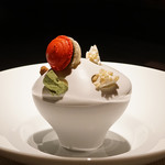 エクアトゥール - デザート ① 和三盆のパンナコッタと抹茶のアイスクリーム、白玉と苺 ギモーブとフィナンシェ 二種のあられと黒胡麻のマカロン