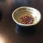 音吉 - お通し的な小豆のお菓子?