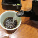 沙伽羅 - 蕎麦湯を注ぐ