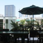 マンゴツリーカフェ+バー - 国道第一京浜に面したテラス