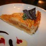 カフェ サルーテ - <りんごのクロスタータ¥400>練りこみパイ生地に自家製リンゴジャムとリンゴをのせて焼き上げました。
