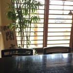 川勢 - 唯一のテーブル席は入り口のすぐ前