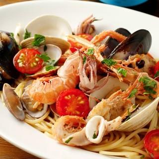 自慢のピッツァや魚介料理を堪能できる!選べるコース2800円