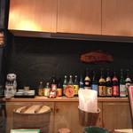 鮨市 - カウンターの前には各種の焼酎が並んでいます