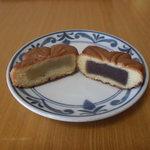 菓子処たかはし - カステラ焼饅頭、左が桜葉入り白餡の『さくら』、右がこし餡の『もみじ焼き』