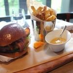 ザ ラウンジ&バー - 和牛チーズバーガー 自家製ブリオッシュ ベーコン  キャラウェイソース