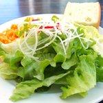 ESCRIBA - パスタセット 1000円 のサラダ、フォカッチャ