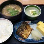 街かど屋 - 「豚汁定食」(590円税込)。