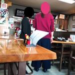 さか本そば店 - 内観(テーブル席)