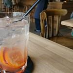 イリス ブレッド&コーヒー - フルーツシロップ(ソーダ割り)この日はブラッドオレンジとレモン