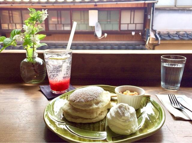 フラッフィー - フルーツソースのパンケーキ(りんご) 850円
