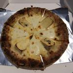 66509312 - 「4種のチーズピッツァ」1,000円。ブルーチーズ、カマンベールチーズ、モッツァレラチーズ、ナチュラルチーズの4種類がトッピングされた芳醇にして濃厚なピザである。