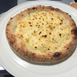 66509323 - 「ポテサラコーン」600円。この品は実に重量感のあるピザで、持ち重りのする品であった。ポテトがこれでもかというほどトッピングされている。一口食せば、正にポテサラ! とにかくポテトサラダなのだ。