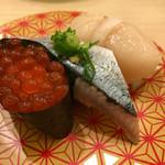 66509723 - 三種盛り、税別630円(いくら軍艦・秋刀魚・帆立) 良ビジュアル!