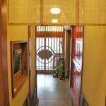 かき幸 - カウンター側廊下から見た玄関(2017.5.4)