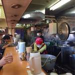 青島食堂 - 店員さん2人で切り盛りしてます