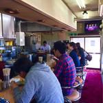 青島食堂 - カウンターだけの店内