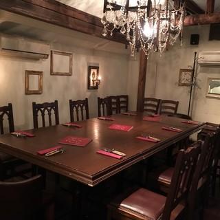 【貴族の間】完全個室のプライベート空間。8~14名で貸切。
