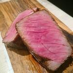 エイジング・ビーフ - 塊肉を半分に切ったところ。