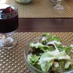 ネーベ・デラ・ルーナ - サラダとブドウジュース