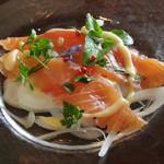 ラ・リシェス - 料理写真:白子産新玉葱と自家製スモークサーモンのサラダ