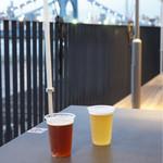 PITMANS - 飲み始めた時はまだ明るかったです。 アウグスビールと谷中ビール各¥900 テイクアウトしてデッキのテラスで飲みました。