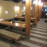 味司 野村 - 店内は幅の狭いテーブル席のみ、食券を買った後テーブルに座ります♪