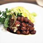 七草 - 豚ばら肉と大豆の味噌炊き 春キャベツのクミン風味 ルッコラ