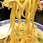 トナリ - 平打ち縮れ麺