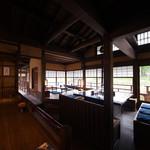 五十鈴川カフェ - 開店時のやや暗く落ち着いた雰囲気の店内。