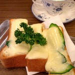 66542299 - ボリューム満点の厚切り食パンにとろとろチーズとキュウリ♡