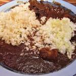 西新宿もうやんカレー - 雑穀米 に 20倍辛口、牛肉カレー、豚肉カレー の3種類のルーをかけ、玉ねぎのみじん切りをタップリかけて頂きました。