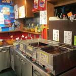 西新宿もうやんカレー - ビュッフェの様子。テーブルに用意された皿をもって 一旦お店の外へ出て画像の左奥に置かれたライスからサラダ類、カレールーを取ります。