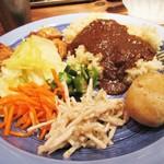 西新宿もうやんカレー - ランチタイムは もうやんカレー と、サラダ類(付け合わせ) のビュッフェ )のみです。男性 1,080円、女性 1,000円(税込) で、雑穀米、うどん、ふかしジャガイモ 等と、20倍辛口、牛肉カレー、豚肉カレー が有ります。