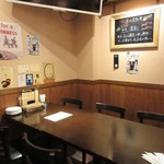 Irish pub Booties・・・ - 奥のテーブル席