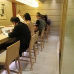 鮨 日本橋 鰤門 - 店内、綺麗です